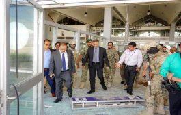 وزير النقل ومحافظ عدن يتفقدان المطار بعد حادثة استهدافه