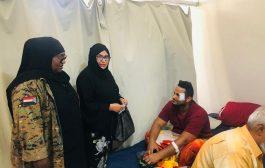 الدكتورة السباعي تزور جرحى مطار عدن