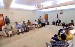 رئيس الوزراء يستقبل عدد من أسر شهداء الهجوم الإرهابي على مطار عدن