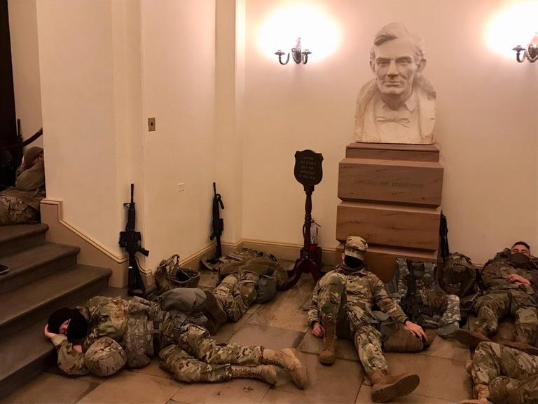 قوات الحرس الأمريكي تفترش أرضية الكابيتول بشكل مفاجئ