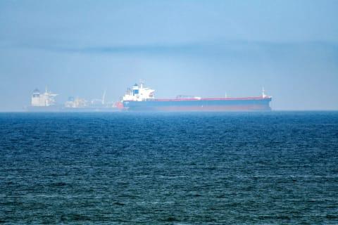 منظمات ملاحية تكشف عن أنفجار سفينة في خليج عُمان