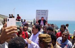 قيادات أمنية وسياسية تقنع المحتجين بالخروج من معاشيق