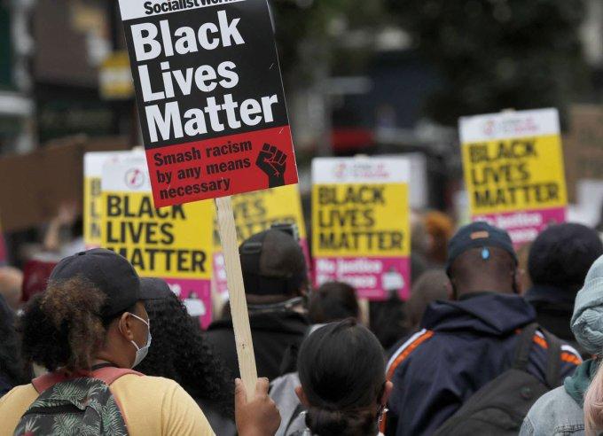 إعادة كتابة التاريخ .. المملكة المتحدة لم تنتقل بعد إلى مجتمع ما بعد العنصرية