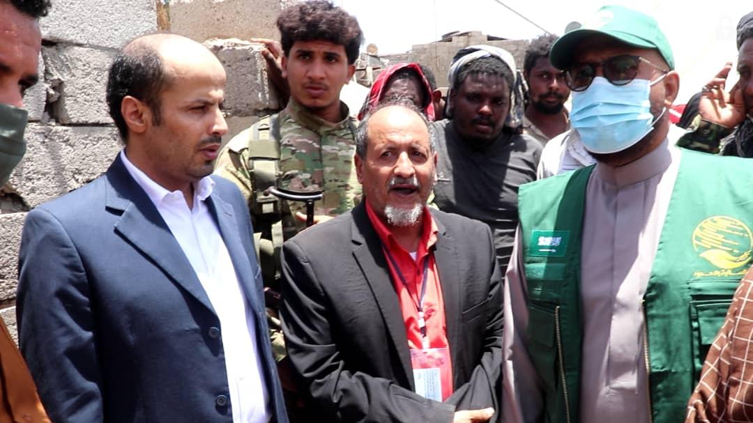 وزير الشؤون القانونية وحقوق الإنسان يتفقد متضرري حريق السيسبان في عدن