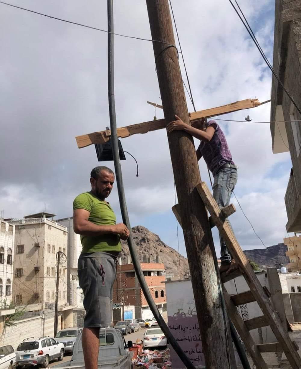بدعم من مؤسسة منارة حملة إنارة للشوارع والأحياء السكينة في بأحد مديريات عدن