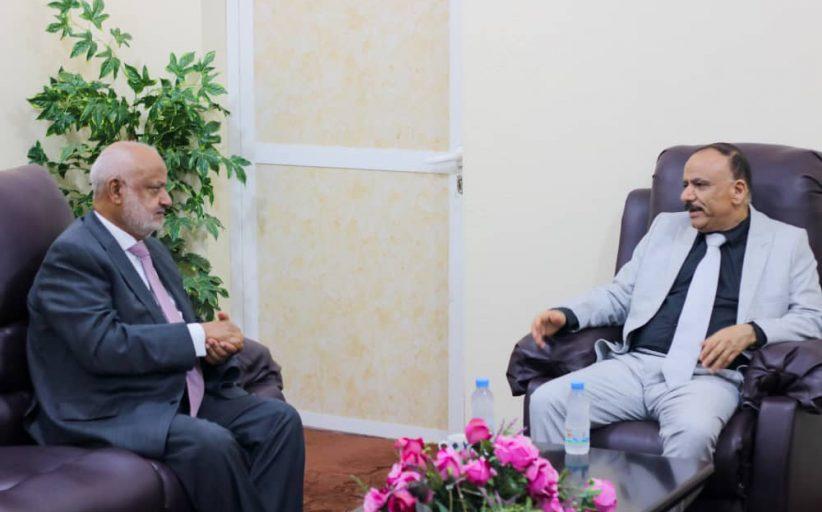 وزير النقل يناقش مع محافظ الحديدة سبل إعادة نشاط موانىء البحر الأحمر