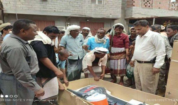 محافظ ابين يدشن توزيع معدات اصطياد للصيادين في أبين